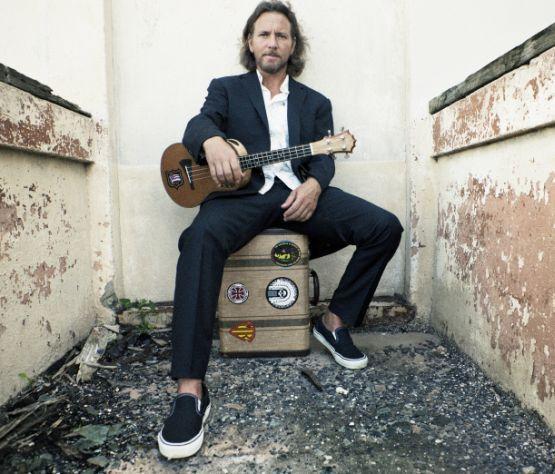 Eddie Vedder, frontman veteranovPearl Jam, je pred uradno izdajo svojega albuma Ukulele Songs le-tega ponudil na internetu v stream obliki. Na glasbene police gre prav danes, če pa vam ne znese iti v bolje založene prodajalne glasbe,si ga lahko poslušate na strani We7. Na albumu najdemo nekaj avtorskih komadov in nekaj priredb, vse pa so...