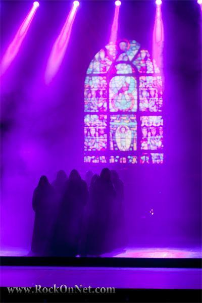 Ljubljana /Cankarjev dom / Gallusova dvorana23. 10. 2011Gregorijanski koral, poimenovan po papežu Gregorju I., izvira iz srednjega veka in predstavlja pomemben del krščanske glasbene dediščine. Kot vse druge glasbene oblike se je skozi zgodovino spreminjal in razvijal ter se do uvedbe prvih zapisov glasbe prenašal preko ustnega izročila. V obdobju baroka je njegova raba zamrla,...