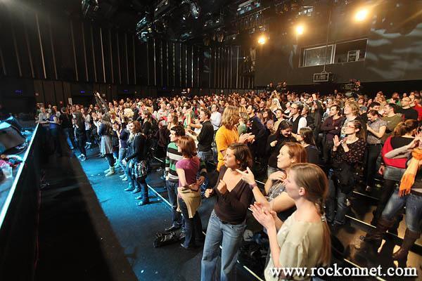 Ljubljana / Kino Šiška 25. 11. 2011Polone več ni, tudi slovenščina se je prelevila v hrvaški jezik. Ostaja pa značilen zvok, Guštijev podpis, v vsakem komadu nove plošče Naša stvar, ki je bila v petek predstavljena v Kinu Šiška. Čiste glasovne linije Polone Kasal, zaščitnega znaka Guštijevih projektov, je zamenjal nekoliko bolj našpičen vokal mlade...