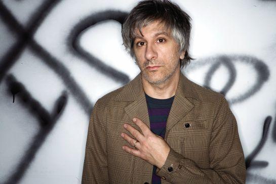 Kitarist skupine Sonic Youth je napovedal izdajo nove solistične plošče, in sicer bo album Between the Times & the Tides izšel 20. marca prihodnje leto za založbo Matador. Poleg Ranalda boste lahko na plošči slišali še mnoge znane glasbenike, med drugim kompanjona iz Sonic Youth Steva Shelleya, Jima O'Rourka, Boba Berta, Johna Medeskija itd....