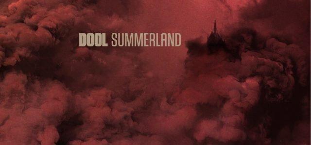 Krasna plošča Summerland je vnovič dokaz temu, da se dobre stvari, za katere smo menili, da so dosegle svoj vrh, lahko naredi še bolje. Album je kakovostna nadgradnja prvenca.